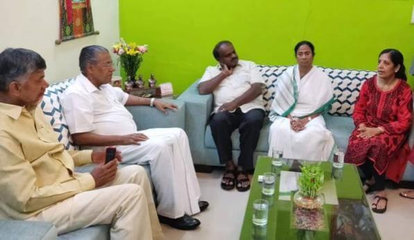 LG हाउस में CM से मिलने की इजाजत नहीं, केजरीवाल की पत्नी से मिले 4 समर्थक CM