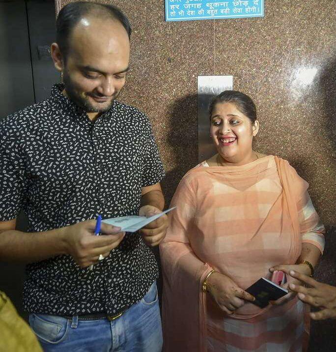 सोशल मीडिया पर जबरदस्त रिएक्शन: पासपोर्ट अधिकारी के समर्थन में आए लोग