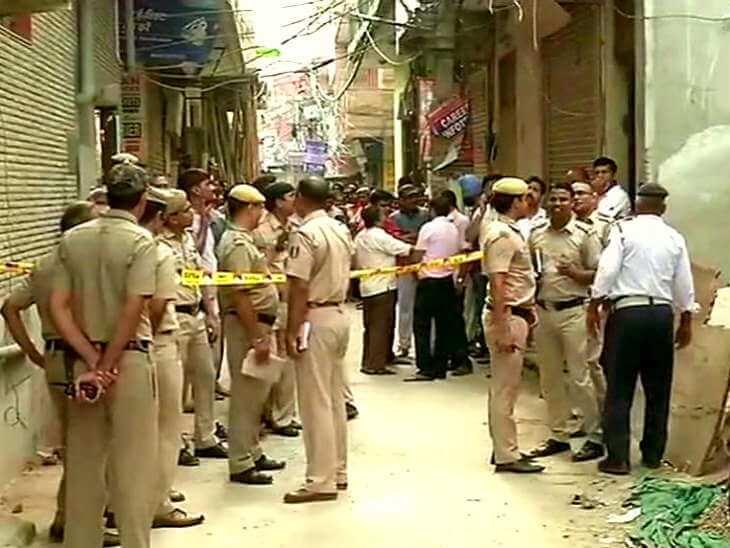 दिल्ली मे दिल दहलाने वाली घटना: एक घर में लटके मिले 11 शव