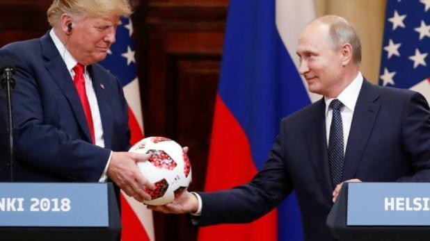 रूसी राष्ट्रपति पुतिन ने ट्रंप को तोहफे में दिया फुटबॉल, हो रही है जांच