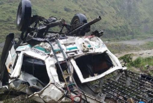 शिमला: खाई में गिरी गाड़ी, 13 लोगों की मौत